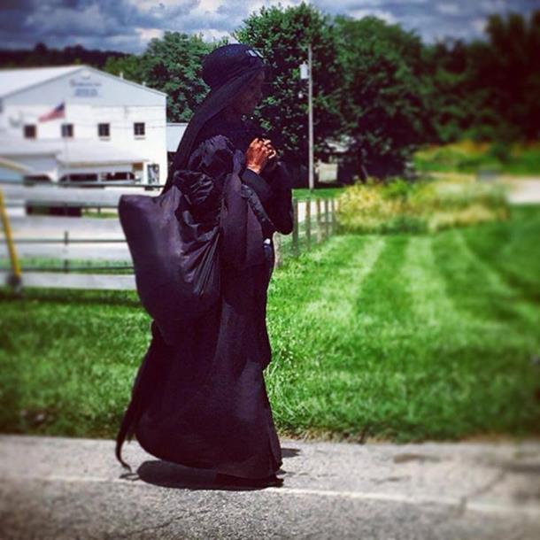 Žena u crnom moderni Forest Gamp (foto/video)