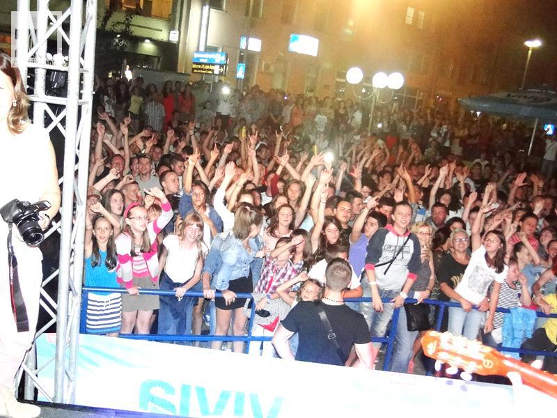 "Photo of Zvornička publika pjevala sa Nešom ""Galijom"""