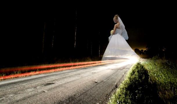 Mrtva djevojka u vjenčanici šeta drumovima