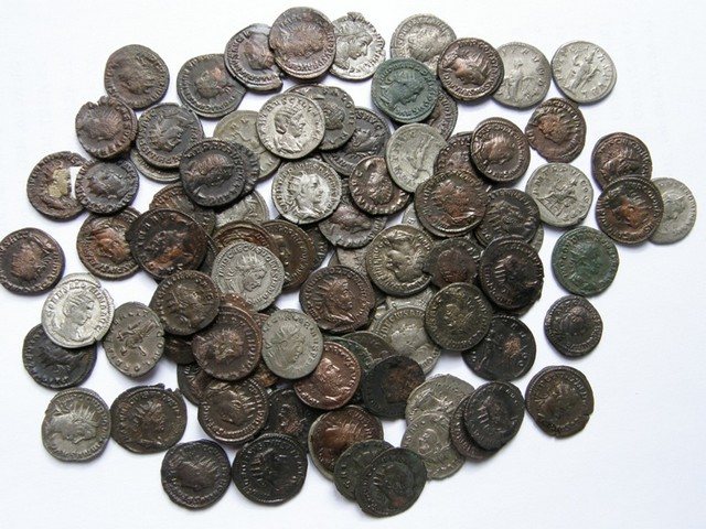 Photo of Amaterski detektor za metal otkrio tajnu zbirku od preko 20 hiljada rimskih novčića