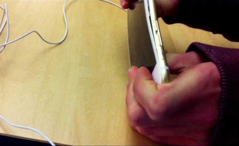 """Photo of Posjetioci uništavaju """"Appleove"""" telefone po trgovinama (video)"""