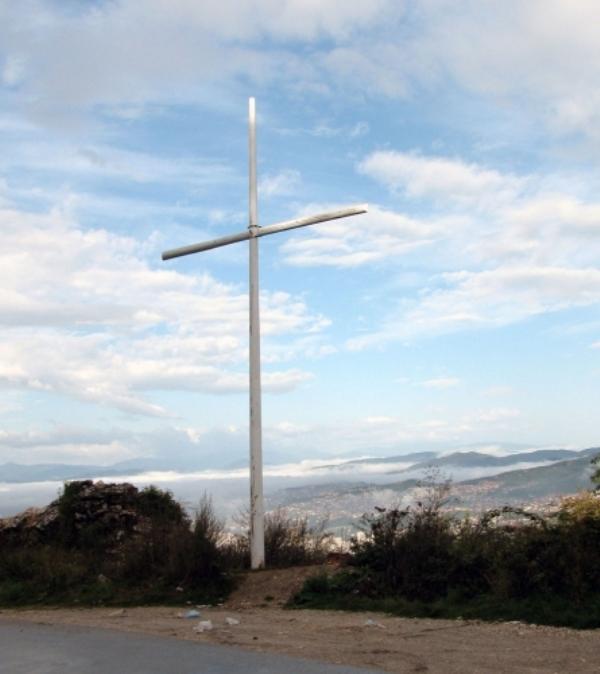 Photo of Nema govora o ukljanjanju spomen-krsta na Zlatištu