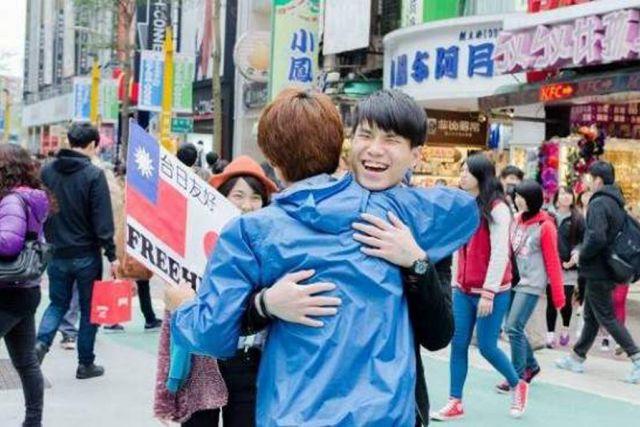 Širom Azije dijeli besplatne zagrljaje