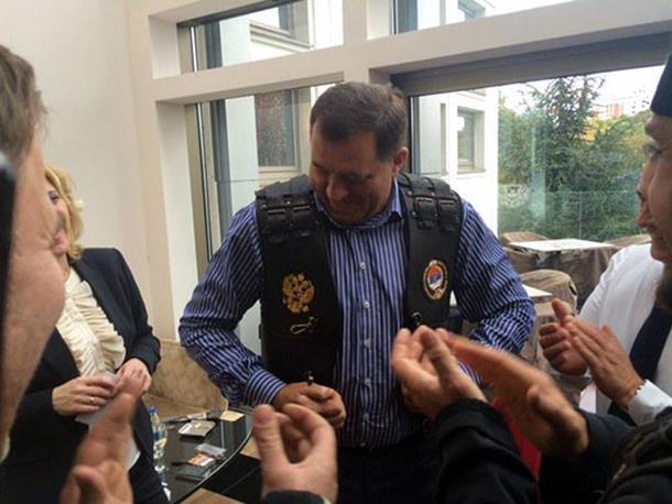 Photo of Džemper i prsluk za Dodika, poklon ruskih bajkera