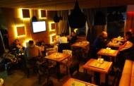 Otvoren kafe Tema: Udoban ambijent i prijatna atmosfera