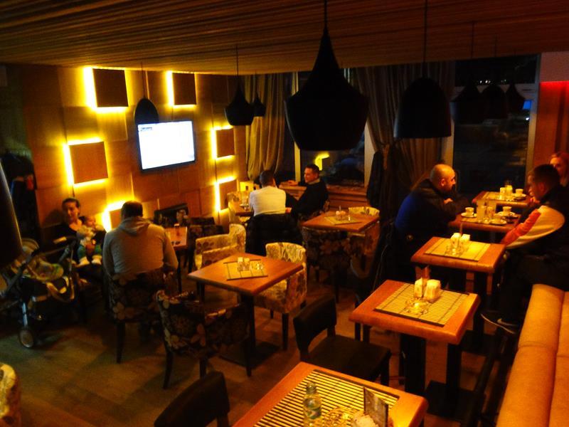 Photo of Otvoren kafe Tema: Udoban ambijent i prijatna atmosfera