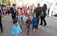 Maskirani mališani prošetali glavnom gradskom ulicom