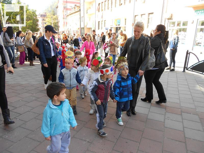 Photo of Maskirani mališani prošetali glavnom gradskom ulicom
