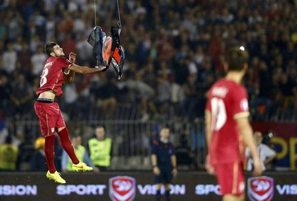 LEKCIJA IZ ČASTI Uprkos provokaciji, srpski fudbaleri sve vrijeme štitili albanske igrače!