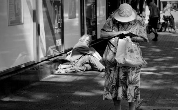 Photo of Ona je pomogla prosjaku koji je danas milioner