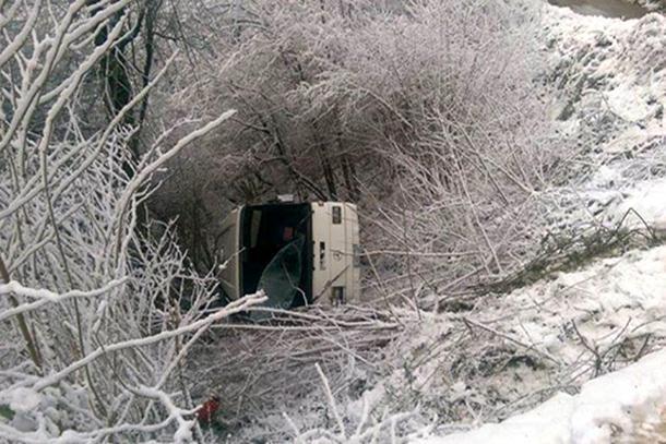 Foča: Autobus sletio s puta, tri osobe poginule