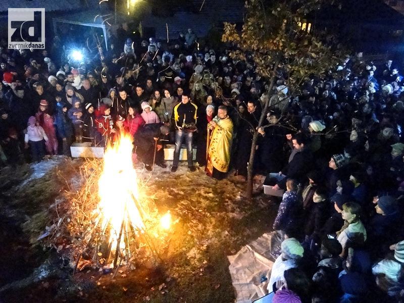 Photo of Paljenje badnjaka ispred zvorničkog hrama (foto)