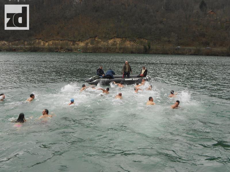 Photo of Plivanje za Časni krst danas na Zvorničkom jezeru