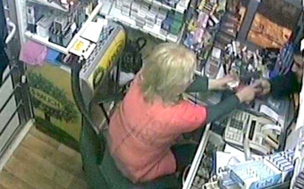Radnica trafike golim rukama osujetila napad naoružanog pljačkaša (video)