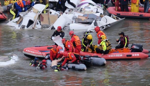 Photo of Zastrašujuće: Avion sa 58 putnika udario u most i pao u rijeku, ima mrtvih