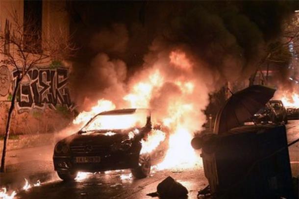 Photo of Demonstranti u Atini palili trgovine i automobile