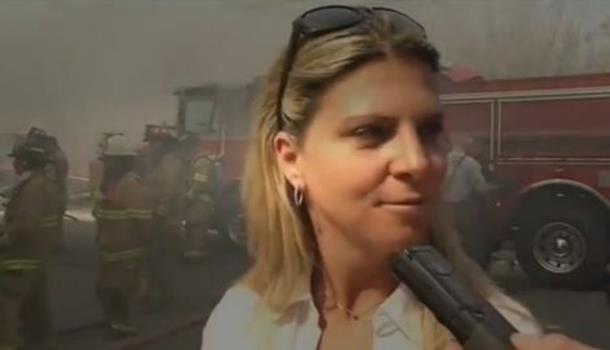 Osmjehuje dok gleda kako gori kuća ubice njene ćerke