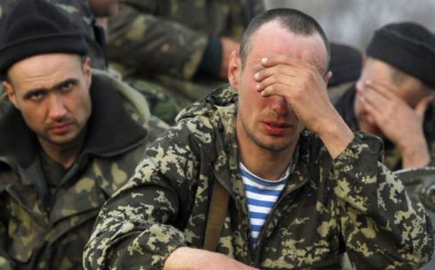 Ukrajinski vojnici predaju oružje u Debaljcevu