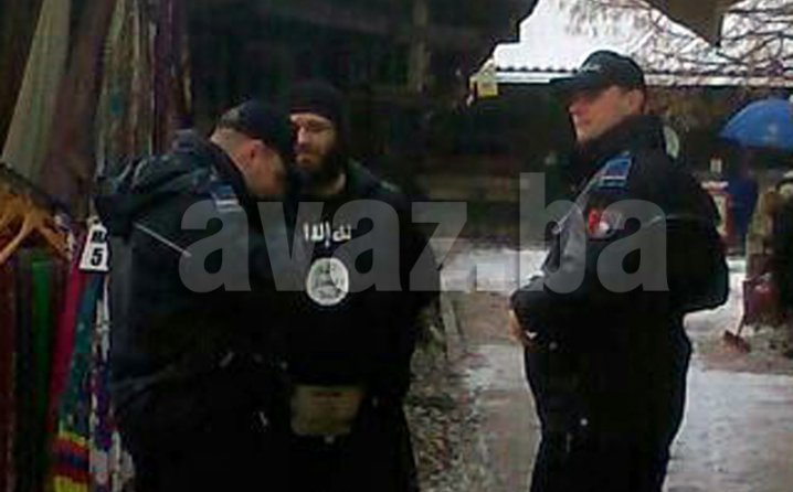 Photo of Islamista šetao Baščaršijom u majici ISIL-a (video)