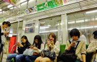 Tinejdžerke po sedam i više sati sa mobilnim telefonom