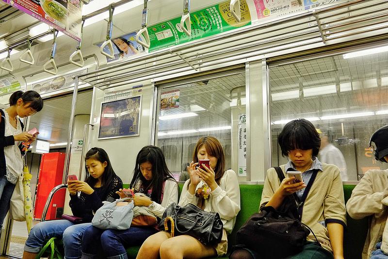 Photo of Tinejdžerke po sedam i više sati sa mobilnim telefonom