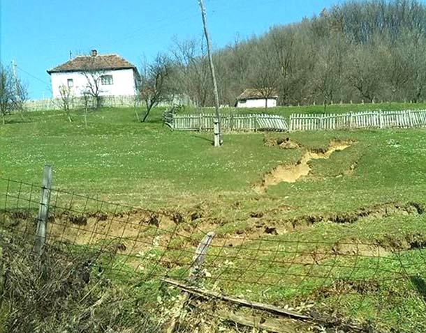 Photo of Klizište u Trnovici: Jedna kuća odsječena od prilaza (foto)