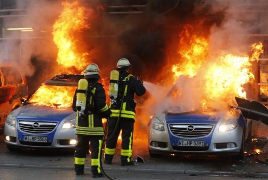 Photo of Neredi u Frankfurtu: Privedeno 500 ljudi, povrijeđeno više desetina
