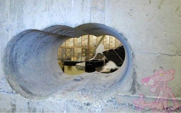 "Photo of ""Pink Panteri"" do dragulja stigli kroz rupu u zidu"