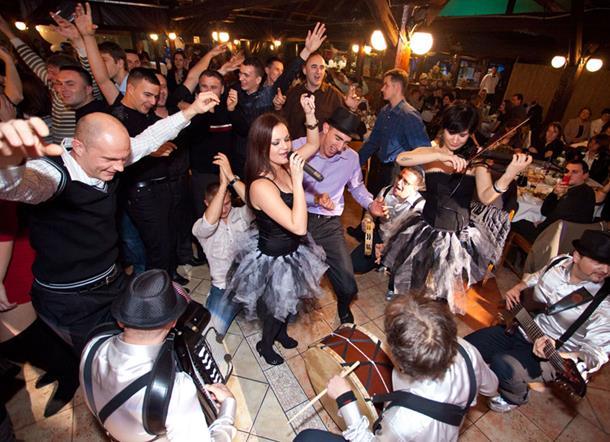 Photo of Svadba žarište korone: Zaraženi mlada, gosti, muzičari i fotograf