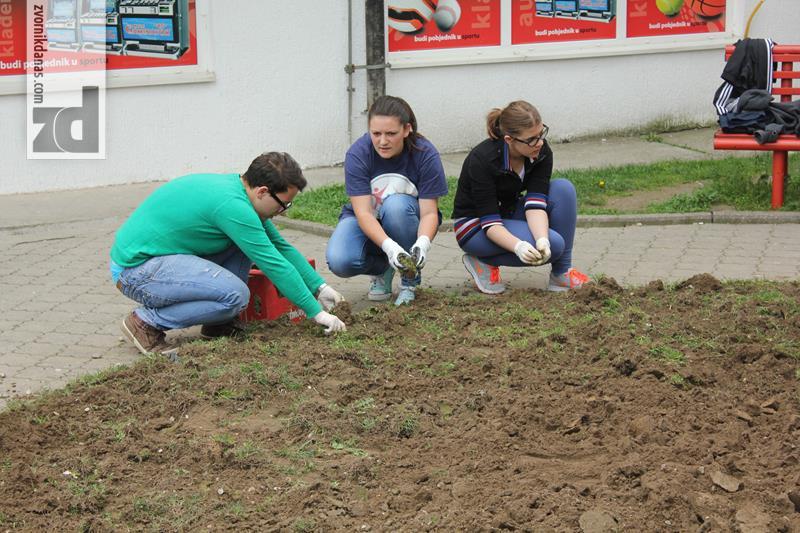 Photo of Učenici uredili park i zasadili cvijeće