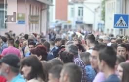 DEFILE MLADOSTI I LJEPOTE: Maturanti prošetali Zvornikom (foto)
