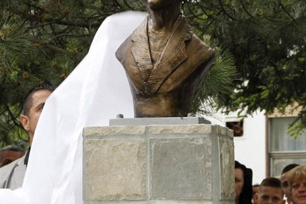 Photo of Šta piše na spomeniku Gavrilu Principu: Ko hoće da živi, nek mre!