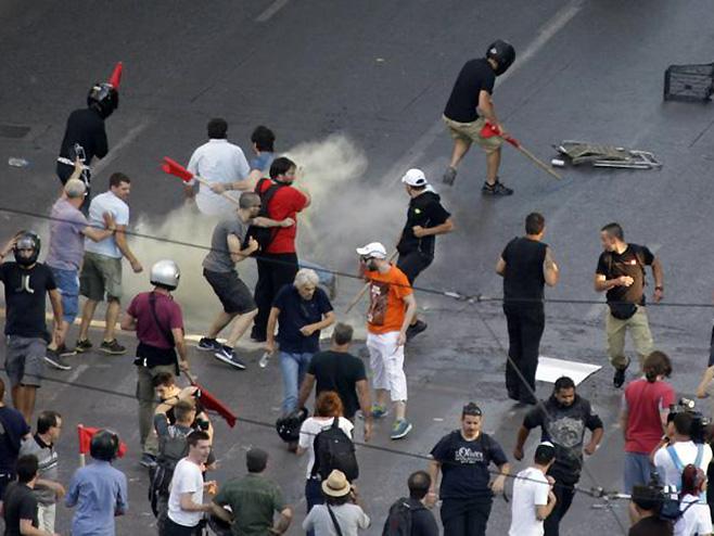 Photo of Sukob policije i demonstranata u Atini