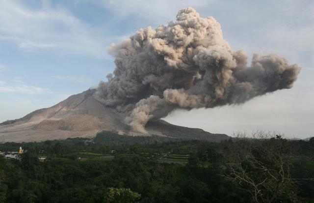 Photo of Indonezija: Zatvorena tri aerodroma zbog erupcija