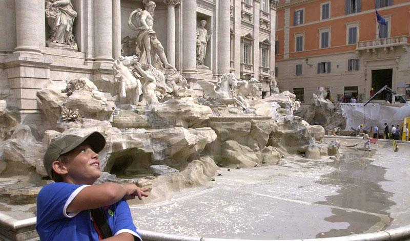Photo of Pacovi zagospodarili čuvenom fontanom Di Trevi u Rimu