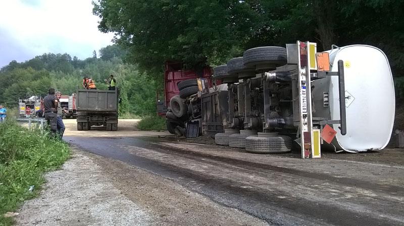 Photo of Prevrnula se cisterna – vozač poginuo