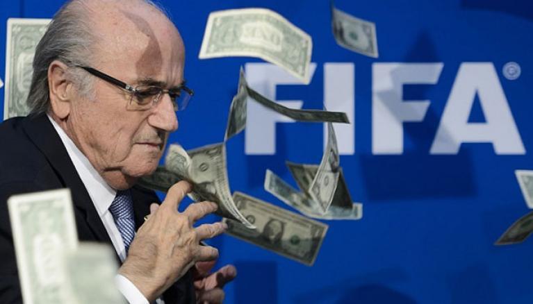 Photo of Komičar bacio novčanice na Sepa Blatera (video)