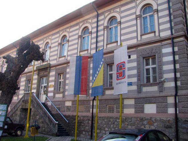Specijalci čuvaju izborni materijal u Srebrenici