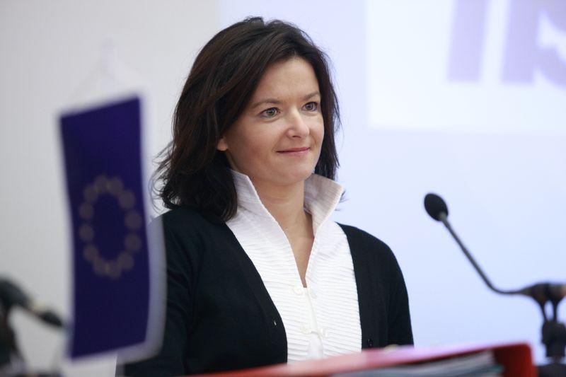 Photo of Tanja Fajon oštro osudila napad na Vučića