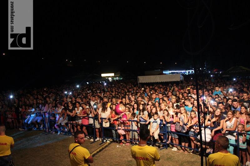 """Photo of Na """"Zvorničkom ljetu"""" nekoliko hiljada Zvorničana i publike iz drugih gradova pjevalo sa Dejanom Matićem"""