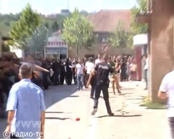 Photo of Albanci probili policijski kordon koji je štitio Srbe