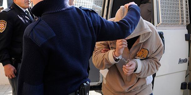 Nožem i stolicom napali policiju
