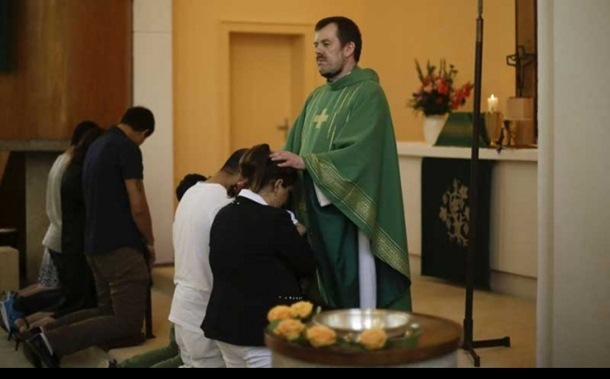 Azilanti masovno prelaze u hrišćanstvo