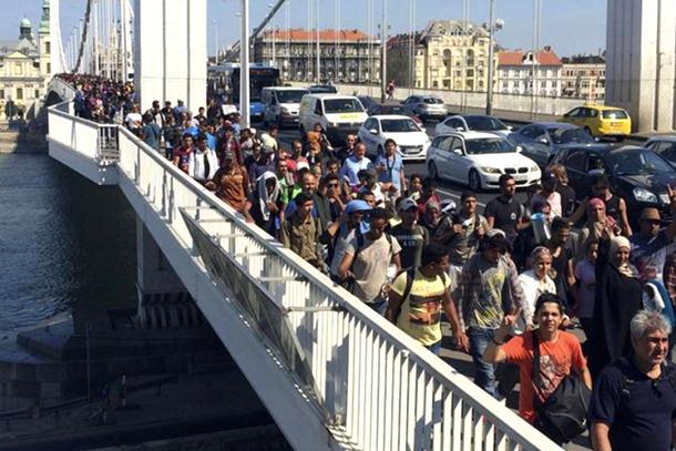 Photo of Pobuna izbjeglica: Probili ogradu, idu pješke u Beč i uzvikuju »Njemačka, Njemačka«