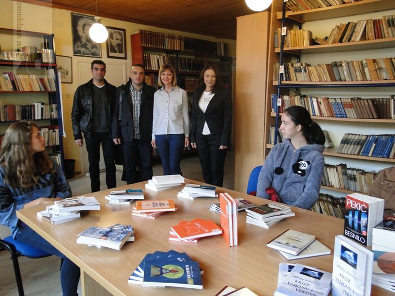"""Photo of """"Mikrofin"""" donirao knjige za školsku biblioteku u SŠC """"Petar Kočić"""""""