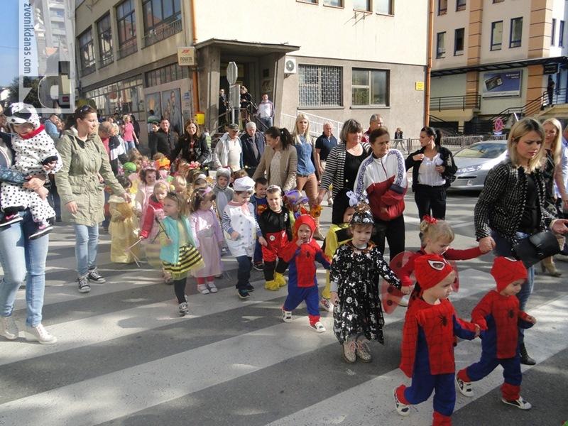 Photo of Mališani u različitim maskama prošetali gradom