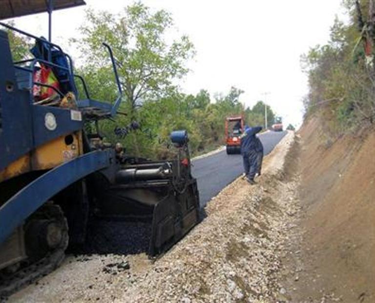 U toku asfaltiranje 1,6 kilometara puta prema Klotjevcu