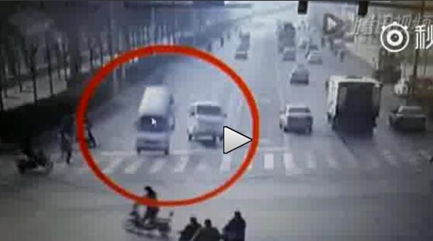 Pogledajte kako je neobjašnjiva sila pobacala automobile (video)