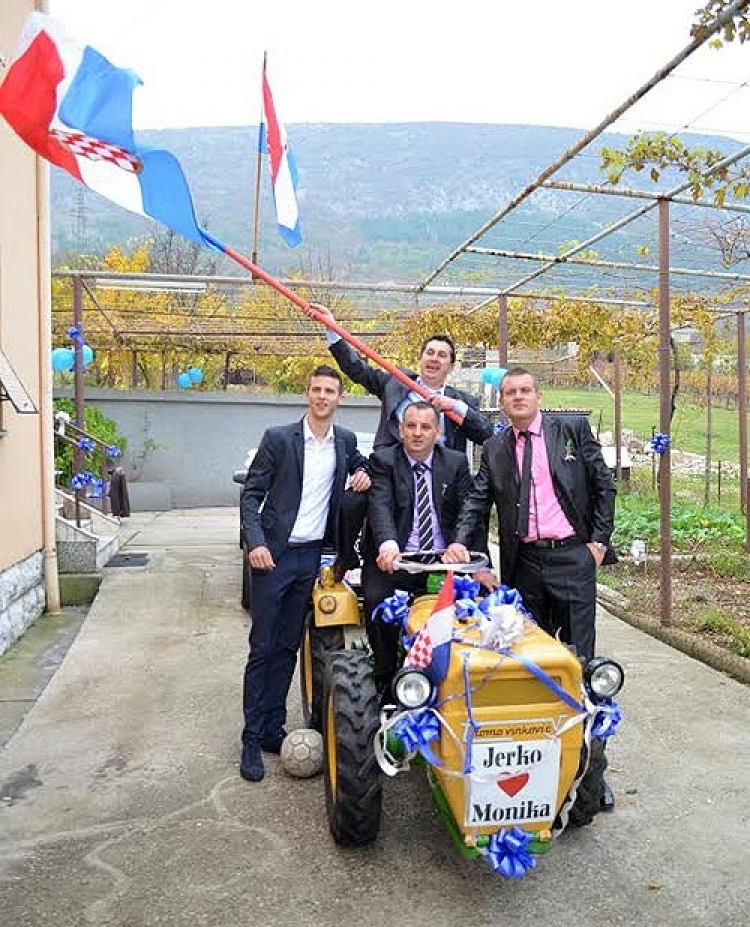 Mladoženja u Mostaru po mladu došao traktorom