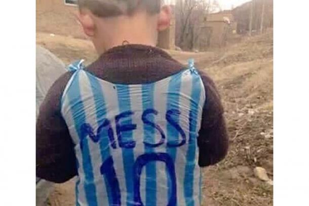 Dječak u plastičnom dresu dirnuo i Mesija
